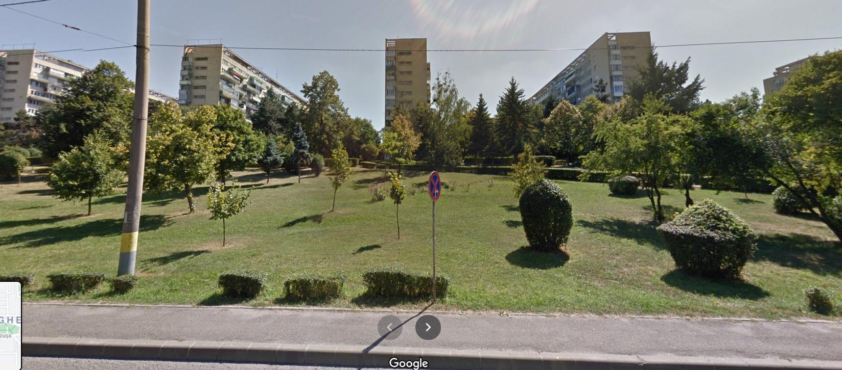 Imagine cu o zonă verde ușor spre deal, în zare se văd blocuri.